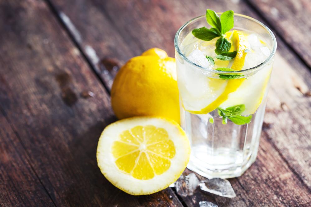 9 dôvodov, prečo začať piť citrónovú vodu